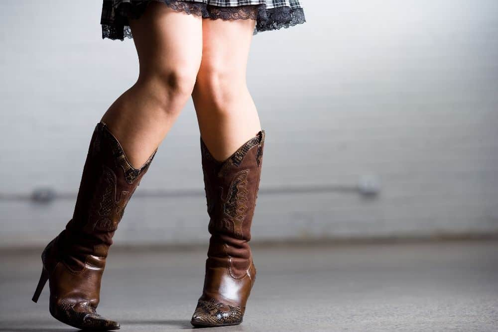 In addition to the fashion advantages of cowboy boots, they help the wearer feel taller. Science has shown that cowboy boots improve the user's walking / gait Besides, the heel of cowboy boots is also proven to be very good for your posture, your back… And yet, they bring confidence and swagger like a true cowboy.