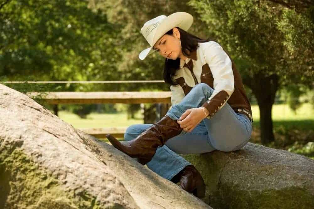 """How to Fix Heel Slippage in Cowboy Boots - One of the common situations when you put on a new cowboy boot is the """"Heel Slippage"""" problem when you move. This will cause discomfort, lessen your confidence in walking and affect your gait. Have you encountered this situation with one of the shoes you wear? Do you know how to fix this? From The Guest Room will give you some tips to improve this situation. Let's check it out – What causes heel slippage in cowboy boots and how to overcome it?"""