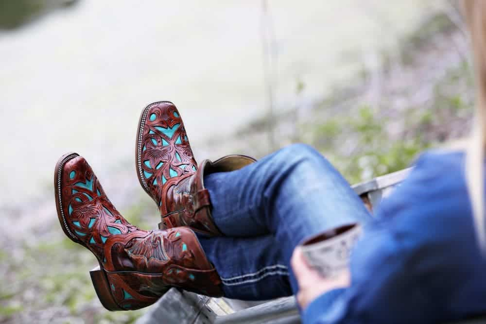 Welcome back from FromTheGuestRoom, we have introduced a lot of articles to solve many annoying problems about cowboy boots. For example, How to break in Ariat cowboy boots, How to fix cowboy boots tight instep, How to stretch cowboy boots at home … The common point of the above articles is that they solve the problem of tight cowboy boots. So how about cowboy boots being loose? How to make cowboy boots fit tighter? Let's check it out!