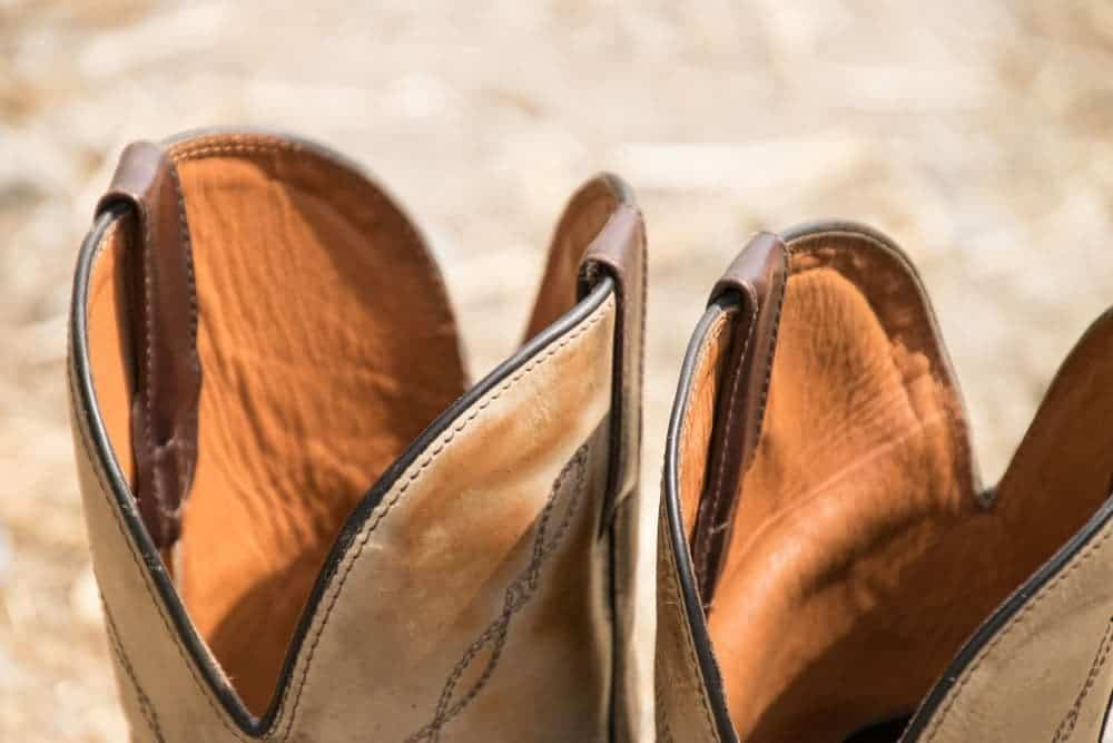 Ariat, Ariat, Ariat … This familiar brand is the pride of cowboy boots. You may be too familiar with Ariat workhog boots, western work boots, riding boots and Fatbaby… But what do you know about Ariat Rambler boots? Ariat Rambler is also a work boot that is very popular with Ariat cowboy boot fans. Check it out!