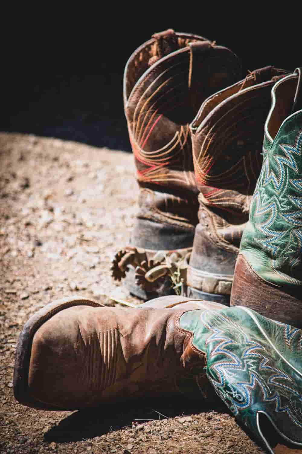 Let's get back to the comparison of cowboy boots. In previous articles, we have discussed riding heel vs walking heel, square toe vs pointed toe … Today we come to a new topic: western work boots vs cowboy boots. Cowboy boots are already a familiar boot, but what about western work boots? What are the features that make many people love them so much? Let's check it out!