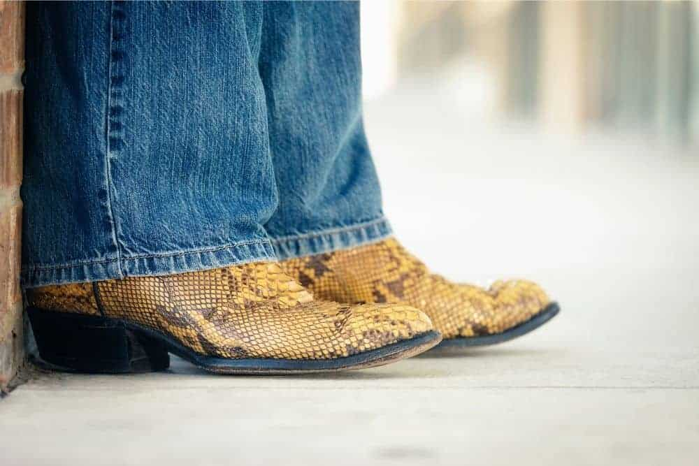 There are many brands of cowboy boots in the world, such as Ariat, Laredo, Danpost, Lucchese, TonyLama... You may all be familiar with these cowboy boot brand names. However, today we won't talk about cowboy boots but an essential accessory to go with them - jeans. What kind of jeans are good to go with cowboy boots? What are the criteria for choosing jeans? Today, join us to find out the best jeans to wear with cowboy boots mens! Shall we?