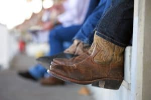 Do you tuck jeans into cowboy boots? Usually, men shouldn't tuck jeans into cowboy boots. It is not beautiful and a bit pretentious. If you are a female, feel free to tuck jeans into cowboy boots. It's no problem at all. However, you don't always have to tuck jeans into cowboy boots, if your job needs you to tuck jeans into cowboy boots, just do it.