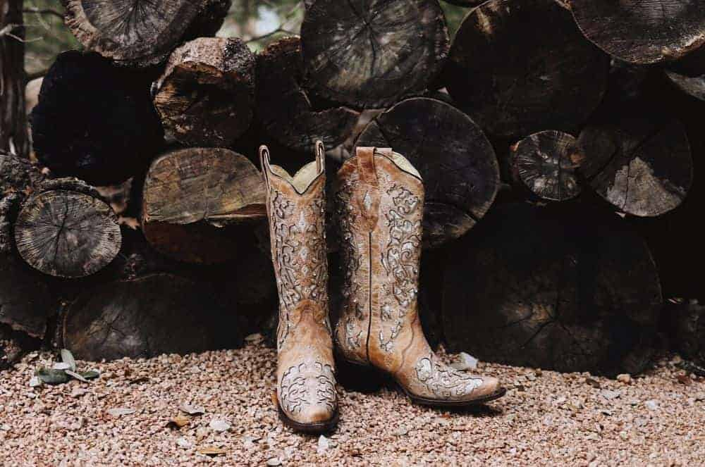 When shopping for a pair of cowboy boots, you will come across many types of boots such as stockman, western work boots, buckaroo boots, roper ... However, sometimes you don't care much about what kind of cowboy boots you will buy, but you care about their design characteristics. If you are looking for a pair of cowboy boots that make you comfortable to walk, flexible to work all day,... it seems that what you need is a pair of low heel cowboy boots. Today, we're going to show the best low heel cowboy boots for womens, check it out!