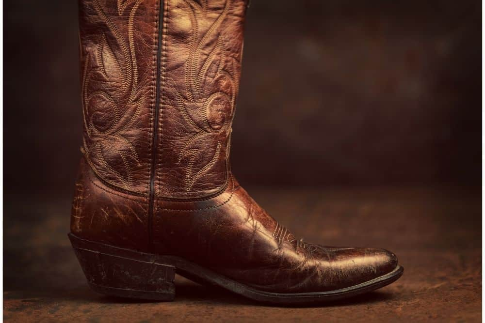 This is one of the best brands of handcrafted cowboy boots in the world. Not only famous for their cowhide boots, their exotic cowboy boots are also big names in the cowboy boot industry. This brand owns the most expensive cowboy boots on the market. This is one of the companies that still retains its identity by not moving overseas to follow the trend. That's Lucchese, a brand of extremely famous handmade cowboy boots. No one has loved cowboy boots for many years without knowing Lucchese, every boot collector would have at least one pair of Lucchese in the house. Sounds interesting, right? Today, the article Lucchese cowboy boots reviews will tell you all about this brand!